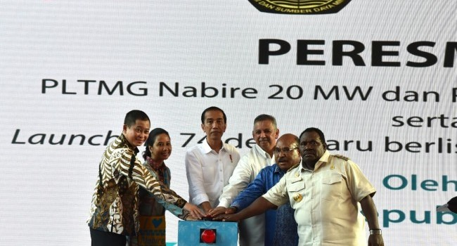 Minister of EMR Ignasius Jonan (left), accompanied the President of the Republic of Indonesia Joko Widodo inaugurated a number of electricity projects in Papua (20/12)
