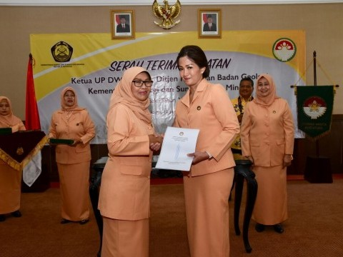 Handover of Position Chairman of the Executive Elements for Dharma Wanita Persatuan (DWP) Secretariat General, Directorate General of Oil and Gas and Geological Agency Ministry of EMR Period of the Year 2014-2019 in the Ministry of EMR